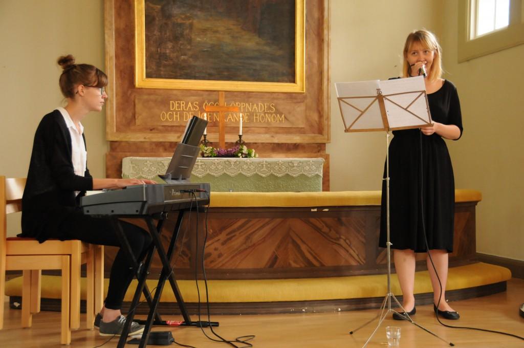 DUo Sanna uppträder i Holmö kyrka